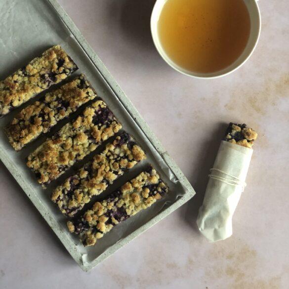 Blaubeer Keksschnitte mit Streuseln